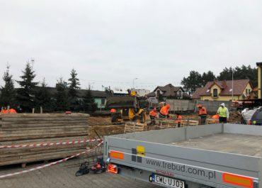 Realizacja -Budowa budynku handlowego dla firmy EL-MAK Hurtownia Elektryczna zlokalizowanej we Włocławku przy Alei Jana Pawła II. Prace rozpoczęto w listopadzie 2018 r.